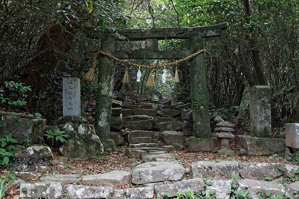 05_安満岳山頂にある石の参道と鳥居_日暮雄一撮影