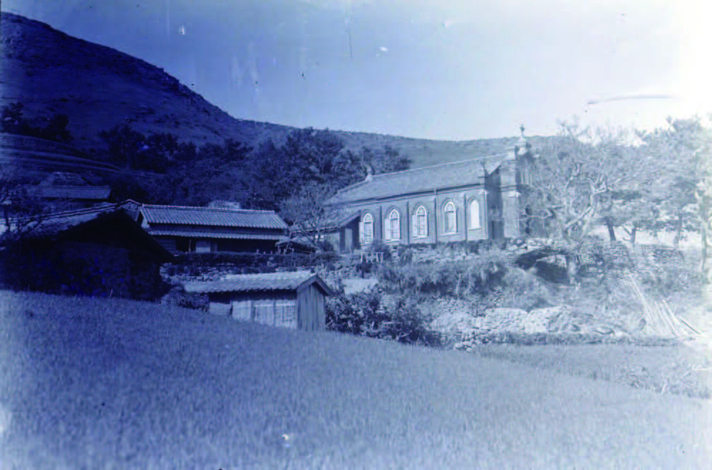 08_帳方屋敷の側に建つ旧野首教会堂(1935年頃)
