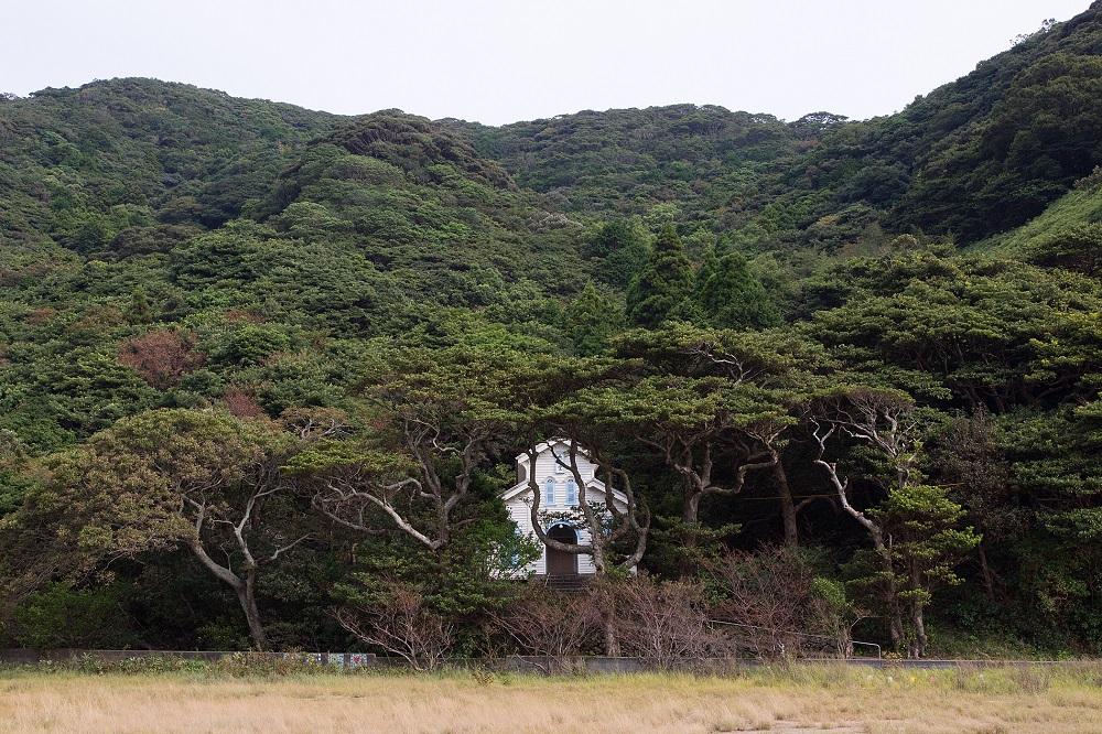02_谷間に開けたわずかな平地に建つ江上天主堂_日暮雄一撮影