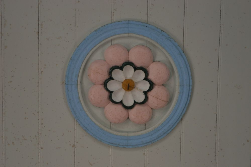 02_パステルカラーの堂内に施された優しい花々の装飾
